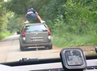 Şofer amendat. A fost fotografiat urcat pe plafonul maşinii aflate în mers