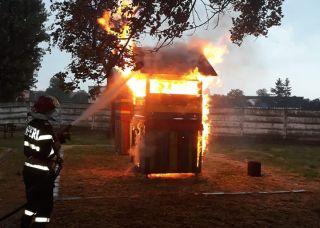 Incendiu provocat intenționat la un loc de joacă din Ineu