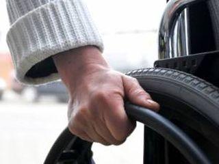 Persoană cu handicap, tâlhărită de un adolescent pe o stradă din Sântana