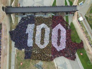 Record mondial stabilit la Alba Iulia. Cea mai mare hartă de ţară formată din oameni