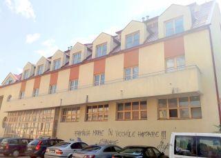 Un hotel din Arad a devenit un loc plin de gunoaie
