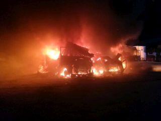 Incendiu într-o parcare. Trei autocamioane, distruse de foc