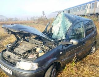 Autoturism lovit de tren. Șoferul a fost rănit grav