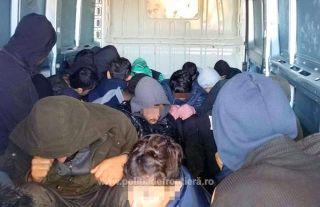 27 de irakieni și iranieni, găsiți ascunși într-un microbuz la PTF Nădlac