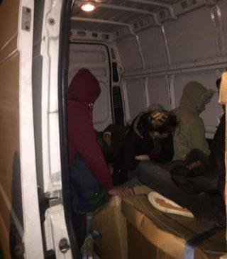 Irakieni găsiți ascunși într-o autoutilitară, la PTF Nădlac II
