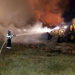 UPDATE Incendiu la Măderat. 35 de tone de baloţi de paie au ars