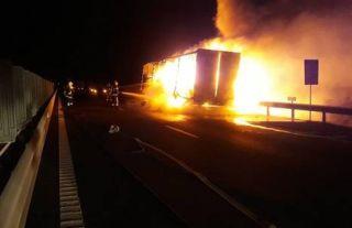 Un TIR încărcat cu bitum a luat foc pe autostrada Arad – Timișoara