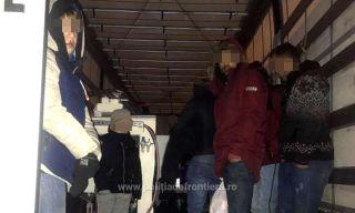 24 de migranți ascunși într-un automarfar, depistaţi la PTF Nădlac II