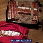 UPDATE Percheziții în Arad. Țigări de contrabandă, bani și arme albe, confiscate de polițiști