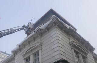 Cetățenii trebuie să curețe zăpada şi ţurţurii de pe clădiri. Număr de telefon pentru sesizări