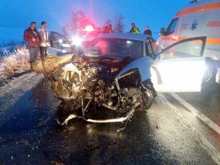 O mașină s-a izbit de un copac pe DN 69. Un bărbat şi doi copii au fost răniţi