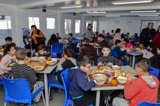 """Elevii Școlii Gimnaziale """"Ilarion Felea"""" primesc, din nou, o masă caldă"""