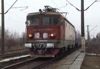 Trafic feroviar blocat. Un microbuz a rămas pe calea ferată, la Zimandu Nou