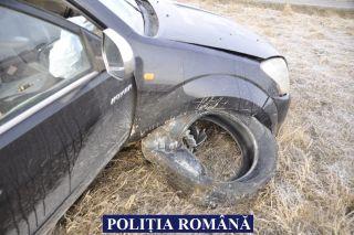 Un adolescent din Ineu a furat o mașină pe care apoi a distrus-o