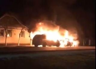 Un bărbat din Șiclău și-a dat foc la două autoturisme