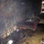 Bărbat găsit mort într-o locuinţă cuprinsă de incendiu