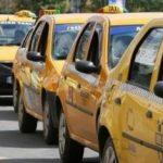"""Taximetriştii din Arad au protestat faţă de """"pirateria"""" din domeniu"""