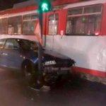 Tânără rănită după ce a intrat cu mașina într-un tramvai