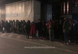 34 de migranți ascunși într-un automarfar, depistaţi la PTF Nădlac II