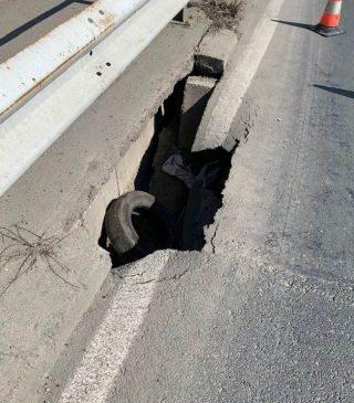 O bucată din carosabilul unui pod peste Mureș s-a surpat