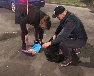 Amendați și puși să măture mizeria făcută pe trotuar
