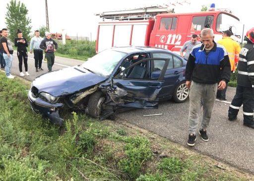 UPDATE Accident între Fântânele și Frumușeni. Doi adulți și patru copii, transportați la spital