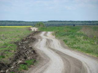 INS: Aproape o treime din drumurile României sunt pietruite şi de pământ
