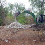 Firmă amendată pentru că a aruncat moloz pe malul Mureșului