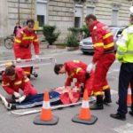 Femeie care circula cu bicicleta, rănită după ce a fost acroșată de o mașină
