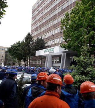 Sute de angajaţi au protestat în faţa fabricii de vagoane marfă