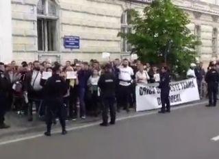 UPDATE Proteste la sosirea premierului Dăncilă la Prefectura Arad şi Primăria Lipova
