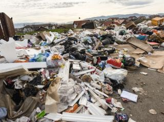 Cantităţi mari de deşeuri menajere, neridicate în peste 20 de localităţi