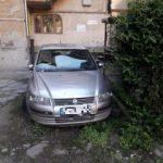 Primăria Arad: Maşinile abadonate în curţile imobilelor proprietate comună vor fi ridicate