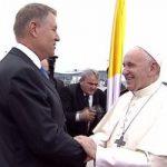 Papa Francisc a primit un vin de colecție din Podgoria Miniș