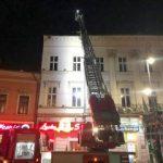 Pericol în centrul Aradului. Hornul unei clădiri a căzut pe o mașină