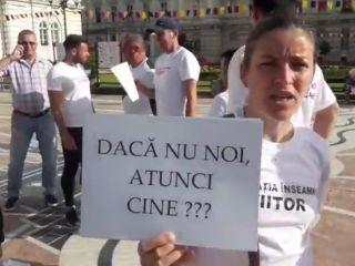 Zeci de profesori au protestat în centrul Aradului