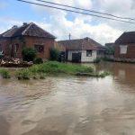 Aproximativ 20 de gospodării din Lalaşinţ, inundate în urma unei viituri