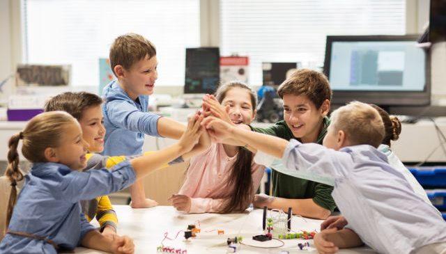 Copilul tau poate invata jucandu-se: Idei de activitati DISTRACTIVE si EDUCATIVE pentru cei mici
