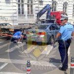 Mașină ridicată de pe o trecere de pietoni. Șoferul a fost amendat