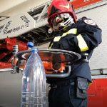 Versiunea pompierilor la #Bottlecapchallenge: Sticlă de apă deschisă cu drujba