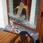 A intrat cu maşina pe o terasă şi s-a oprit în vitrina unui restaurant