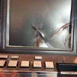 Cu toporul la păcănele. Un bărbat din Pecica a distrus un aparat slot-machine
