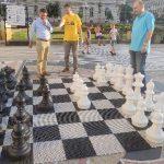 Lecții de șah cu piese gigantice, în centrul Aradului