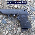 Arme şi muniţie, descoperite la percheziții. Un bărbat a fost reținut
