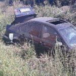 Un șofer băut s-a răsturnat cu mașina într-un șanț. A rămas blocat sub vehicul