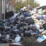 Sute de tone de deşeuri menajere, depozitate în curtea fostei unităţi militare din Lipova
