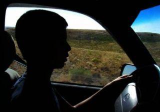 Adolescent cercetat de polițiști. Conducea o autoutilitară fără a avea permis