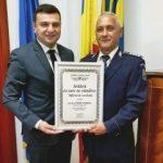"""Diploma """"Arădeni cu care ne mândrim"""", acordată unui polițist care a salvat o femeie căzută într-o fântână"""