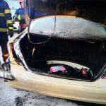 O mașină a luat foc pe o stradă din Arad. Au intervenit participanții la trafic