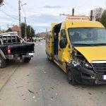 Coliziune între un autoturism și un microbuz școlar. 7 copii, transportați la spital